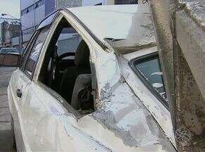 Poste cai em cima de carro no Centro de Caruaru - Ninguém ficou ferido.