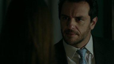 Alex ameaça bater em Angel - Carolina flagra o descontrole do marido e decide voltar com a filha para a casa de Hilda