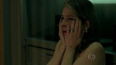 Carolina faz as malas para deixar a casa de Alex - Dona de casa chora antes de abandonar o marido
