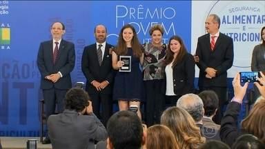 Ideias inovadoras para o bem social são premiadas pelo Jovem Cientista - Estudante Joana Pasquali criou fita para identificar se leite está contaminado. Ela e outros jovens cientistas dividiram um prêmio equivalente a R$ 800 mil.