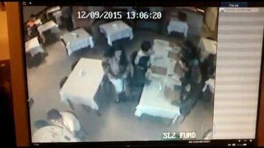 Mulher é flagrada roubando bolsas em restaurante de Niterói - Câmeras do circuito interno de segurança de um restaurante da Zona Sul de Niterói, flagrou o momento em que uma mulher passa por clientes e rouba bolsas.
