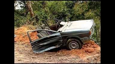 Carro parte ao meio e garoto de 12 anos morre em acidente no ES - Acidente aconteceu na rodovia ES-261, que liga Itarana a Itaguaçu.Cinco pessoas estavam no veículo, sendo uma grávida de seis meses.