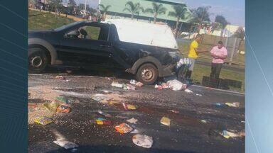 Carreta bate em carro e espalha carga na SP-310 em Ibaté - A carreta perdeu o controle e foi parar no canteiro central após bater atrás do carro que estava carregado de alimentos.