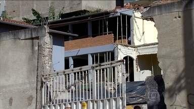 Prédios são evacuados após risco de desabamento em Contagem, em MG - Moradores de dois prédios tiveram que sair de casa às pressas. Um muro, construído entre os prédios e uma obra, desabou por causa de um desmoronamento de terra. A garagem de um dos prédios ficou destruída.