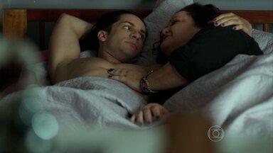 Lourdeca e Visky se assustam com relacionamento - Os dois passam mais uma noite na cama e percebem que estão virando amantes fixos