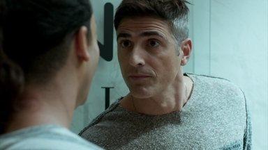 Anthony parte para cima de Visky - Modelo fica furioso ao saber que o booker ajudou Fanny a descobrir seu caso com Maurice Argent