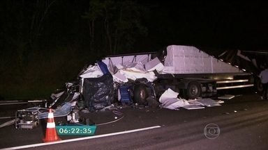Homem morre em acidente no Sistema Anchieta-Imigrantes - O homem morreu no acidente entre duas carretas. Um trecho da rodovia chegou a ser totalmente interditado durante a madrugada.