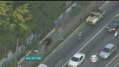 Motorista de carro derruba radar em acidente na Zona Leste da capital - O acidente aconteceu no sentido bairro da Radial Leste, na altura da estação Penha do Metrô.