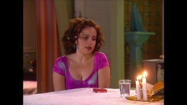 Reveja cena de A Diarista que ensina simpatia com calcinha - Em 2006, Cláudia Rodrigues aprende truques de amor