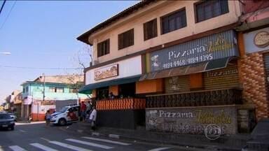 Quatro jovens são mortos em chacina em Carapicuíba, em SP - Os quatro foram mortos a tiros em frente à pizzaria onde eles trabalhavam. Nenhum tinha passagem pela polícia.