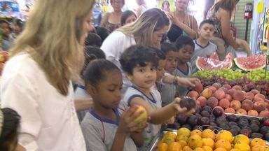 Alunos de Vila Velha, ES, aprendem a ler rótulos em supermercado - Eles estudam na rede municipal e são da primeira turma a participar do projeto.