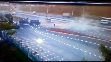 Câmera de segurança de loja em Atibaia grava imagem assustadora na Fernão Dias - O motorista perdeu o controle do caminhão-tanque, passou por cima da mureta de concreto, atravessou a pista e só foi parar do outro lado da estrada, sem atingir ninguém.