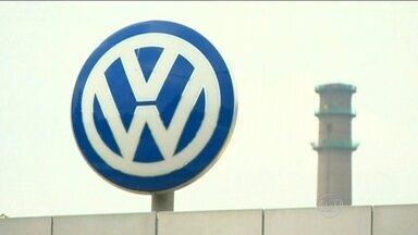 Volkswagen admite software que engana inspetores em vistorias - A montadora alemã reconheceu o problema nos motores a diesel tipo EA 189. Nos veículos equipados com esse motor, existe um programa de computador que, nas vistorias, faz com que o motor solte muito menos poluentes do que quando usado normalmente.