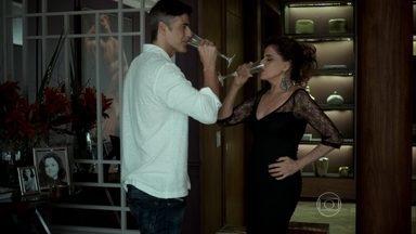 Anthony sabota a bebida de Fanny - Ele comenta com Giovanna que planeja pegar um dinheiro da empresária e fugir com a jovem para Paris
