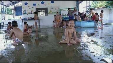 Escolas mudam a rotina para amenizar o calor em Porangatu - Cidade registrou a maior temperatura do estado no inverno: 40ºC. Medidas incluem alteração do cardápio da merenda e banho de mangueira.