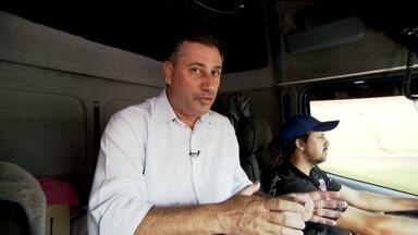 Bom Dia Brasil embarca em cabine de caminhão para entender a rotina dos caminhoneiros - Nossos repórteres viajaram na cabine de um caminhão para entender as dificuldades enfrentadas pelos profissionais da estrada.