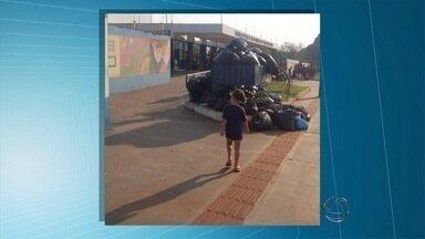 Acúmulo de lixo em frente à escola preocupa pais e alunos - Escola Iracema Maria Vicente fica no bairro Rita Vieira em Campo Grande