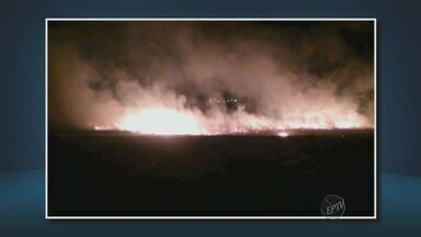 Incêndio em Piracicaba assusta moradores - As chamas demoraram quase 12 horas para serem apagadas. O incêndio aconteceu às margens da Rodovia do Açúcar.