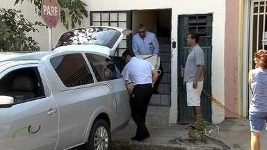 Suspeito de matar mulher e fugir com filhos em Birigui é preso em MS - Policiais civis de Araçatuba (SP) e Birigui (SP) prenderam na noite desta terça-feira (22), em Corumbá (MS), o homem de 31 anos suspeito de matar a mulher dele, de 26, e fugir com os filhos. O caso aconteceu semana passada, em Birigui. Segundo os policiais, o crime teria sido motivado por ciúmes.