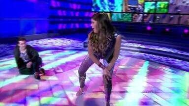 Bruna Marquezine arrasa ao som do funk com 'Ela é Top' - A atriz vai até o chão e levanta a plateia