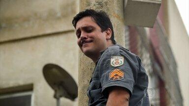 Após ser expulso de casa, Bigode resgata suas roupas na rua - Genésio chega e brinca com o sargento