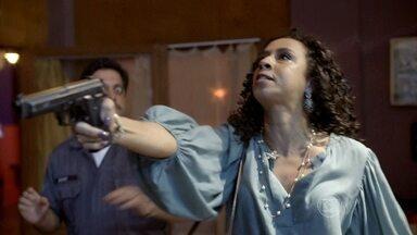 Celma aponta a arma para Genésio - Ela exige fugir com ele mas é imobilizada por Bigode