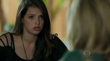 Giovanna não permite que a mãe desmarque compromisso com Carolina - Leidiana volta a trabalhar na casa de Pia