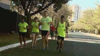 Grupos de corrida incentivam pessoas a praticarem atividades físicas - Professor de educação física oferece serviço de graça em Ribeirão Preto, SP.