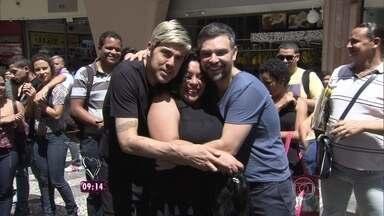 Fernando Ceylão vai às ruas saber o que as pessoas acham das perucas - Ator é o novo repórter do Mais Você