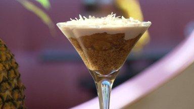 Na época do abacaxi aprenda uma torta refrescante com a fruta - Leve e saudável, a receita usa castanhas e um creme com leite de coco