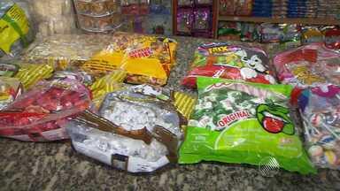 Tradição de distribuir balas no dia de Cosme e Damião aumenta vendas de balas e doces - O aumento é de cerca de 15%. Para agradar os santos gêmeos, que no candomblé são crianças, muitos devotos oferecem balas e doces.