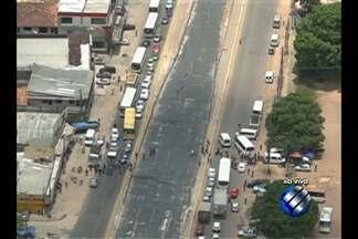 Vans bloqueiam trecho da avenida Augusto Montenegro, em Belém - Trabalhadores do transporte alternativo fazem protesto nesta sexta-feira (25). Manifestantes reclamam de fiscalizações realizadas pela Prefeitura.