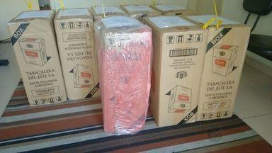 Polícia apreende 350 pacotes de cigarros contrabandeados em São Carlos - Total de 3.500 maços foram encontrados após uma denúncia anônima. Um homem de 47 anos foi preso e os cigarros foram levados para Polícia Federal de Araraquara