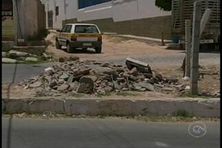 Terreno vira depósito de lixo em Salgueiro - O terreno foi transformado em um curral, e o mal cheiro também tem deixando o pessoal incomodado.