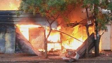 Depósito de recicláveis pega fogo em Ribeirão Preto, SP - Incêndio começou por volta das 5h30, na Rua Itajubá.