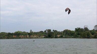 Temporada de ventos abre espaço para o kitesurf no Lago Paranoá - Os meses de julho, agosto e setembro são os ideais para a prática do esporte no DF.