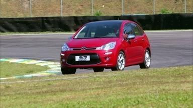 Saiba como reagir quando o carro escapa de frente na curva - O piloto César Urnhani ensina como reagir quando o carro escapa de frente na curva.