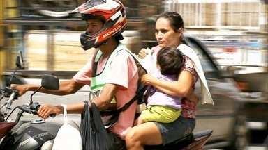 Mais de 400 crianças morreram em acidentes de moto nos últimos 7 anos - É proibido levar criança menor de 7 anos na garupa da moto no Brasil. Fantástico fez flagrantes de crianças andando em motocicletas sem capacete em Queimadas, na Paraíba.