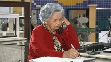 """'Quero trabalhar até os 100', diz idosa de 89 anos que é caixa em vidraçaria - Dona de uma saúde invejável, a idosa Setembrina Gonçalves Moreira exemplifica com perfeição a """"nova geração"""" da terceira idade. Aos 89 anos, a moradora de Itapetiningax (SP) é caixa em uma vidraçaria há mais de 40 anos e ainda esbanja vitalidade. """"Eu quero trabalhar até 100 anos"""", diz."""