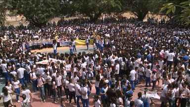 Alunos de escolas de São Luís realizam manifestação para pedir paz - Os alunos que pertencem a 15 escolas do bairro da Cidade Operária reclamam dos assaltos e da violência dentro das escolas.