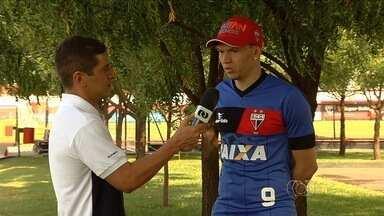 Júnior Viçosa comenta boa fase e futuro do Atlético-GO na Série B - Atacante que fez falta durante período em que esteve lesionado tem ótimos números desde que estreou pelo time em 2015 e espera continuar ajudando o clube.
