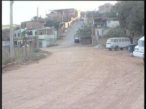 Calendário: Moradores da Rua Varginha em GV cobram conclusão de asfaltamento na via - Metade da rua foi asfaltada e o restante não tem previsão para receber o calçamento.