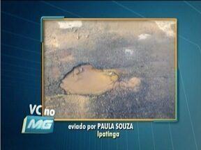 VC no MG: Vídeo mostra flagrante de desperdício de água no Bairro Iguaçu em Ipatinga - Vazamento é na Rua Carijós e saí de um cano em baixo do asfalto.