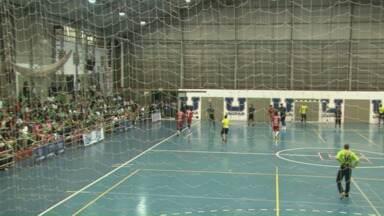 Torcida apoia equipe de volta à competição nacional de handebol - Londrina e Pinheiros jogaram no Ginásio Moringão, pela Liga Nacional.