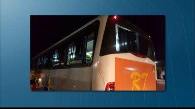 Mulher é baleada dentro de ônibus na cidade de Mari, na Paraíba - Segundo testemunhas, um homem em uma moto efetuou vários disparos contra o ônibus em movimento.