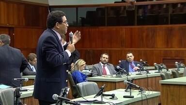 Deputados batem boca em Assembleia, em Goiânia - Discussão foi motivada por projeto que aumenta alíquota do do ICMS e aumenta cobrança do IPVA para carros com mais de 15 anos.
