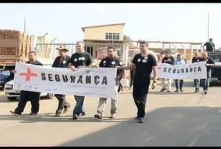 Moradores de Itamarandiba fazem protesto contra violência na cidade - Há seis meses, segundo o presidente da câmara de vereadores, os assaltos tomaram conta da cidade.