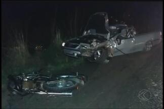 Motociclista morre após colisão frontal com carro em Estrela do Sul - Acidente ocorreu na MG-223 quando motociclista tentava acesso a estrada. Condutor do carro teve ferimentos graves e foi para o hospital.
