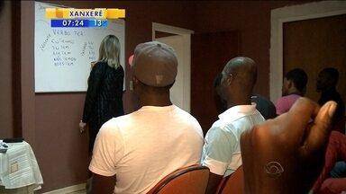 Professora ensina português gratuitamente a estrangeiros - Professora ensina português gratuitamente a estrangeiros