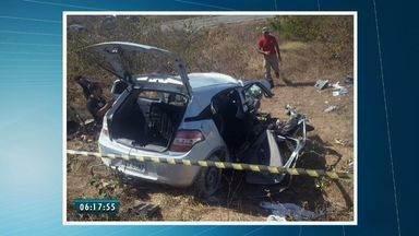 Acidente de carro deixa dois mortos e dois feridos na CE-085, em São Gonçalo do Amarante - Pessoas vinham no carro quando o motorista perdeu o controle do veículo e colidiu com poste.